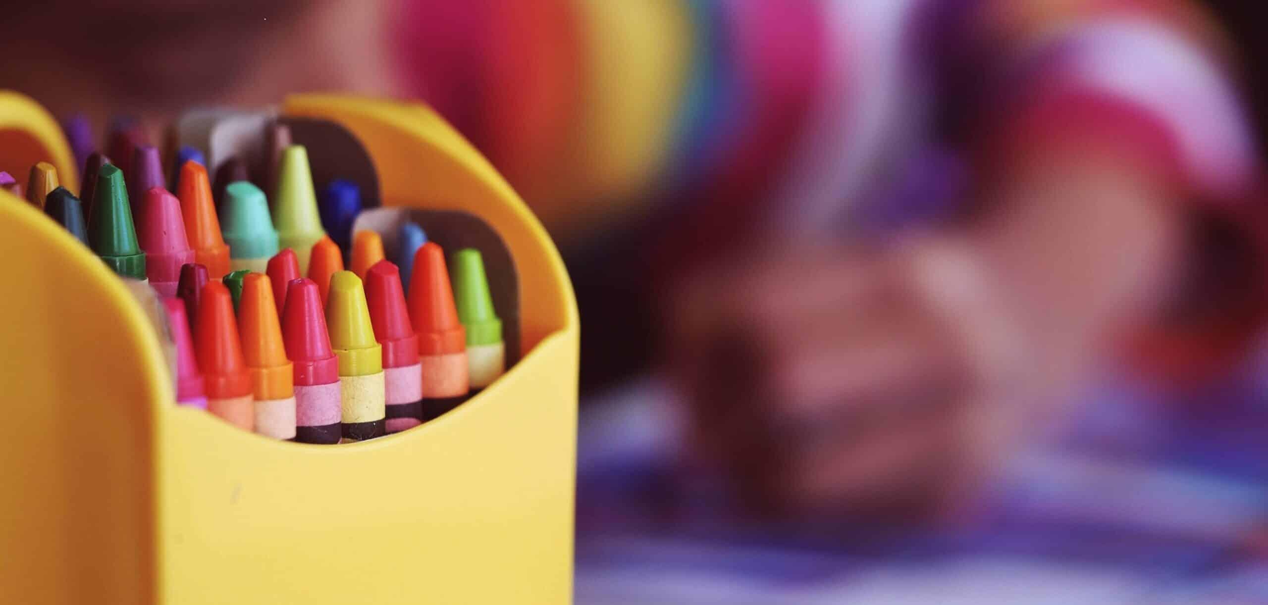 Niño coloreando con lápices de colores- venta de libros para colorear